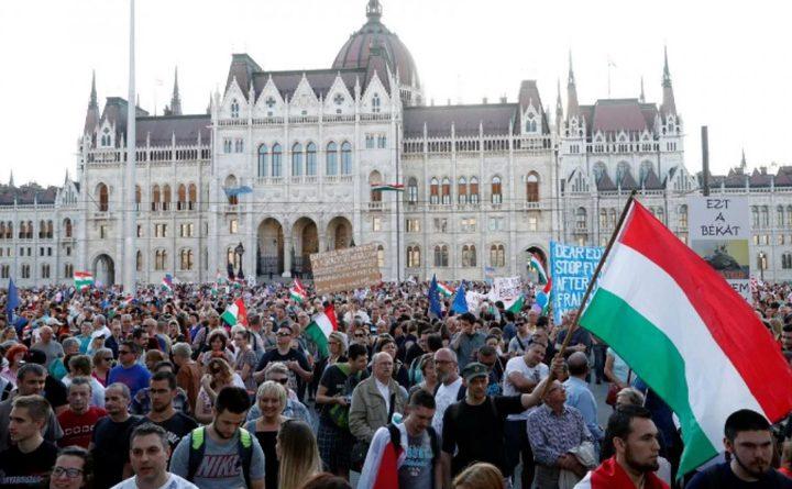 протесты против увеличения часов сверхурочной работы