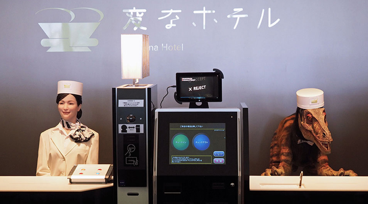 работники японского робот-отеля Hen-na