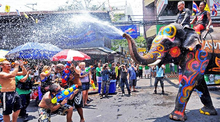 туристи на фестивалі Сонгкран в Таїланді