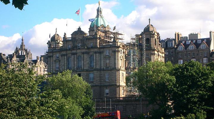 туристы в Эдинбурге