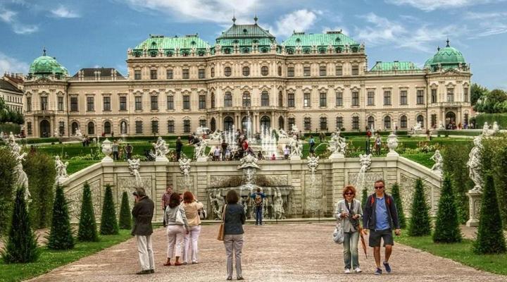 туристи в музеї Бельведер