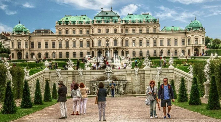 туристы в музее Бельведер