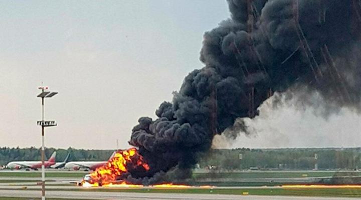 пассажирский самолет загорелся в аэропорту Шереметьево в Москве