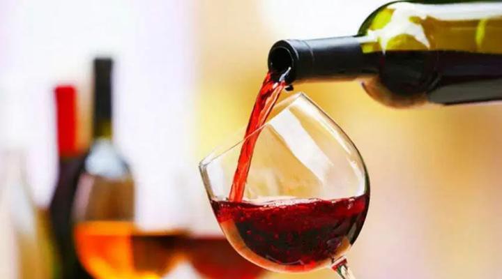 туристам подарують по пляшці марочного вина «Сапераві»