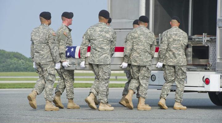 солдати несуть труну Олліса