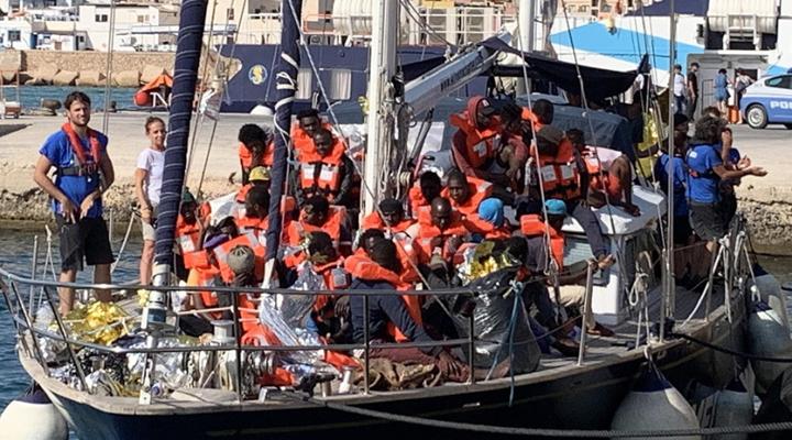 корабль Алекс на итальянском острове Лампедуза