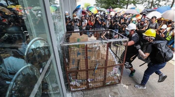 Демонстранты пытаются войти в парламент