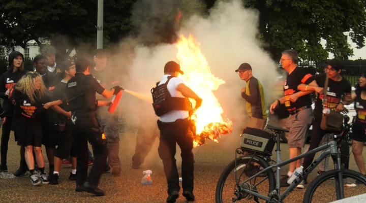прихильники Джонсона підпалили американський прапор