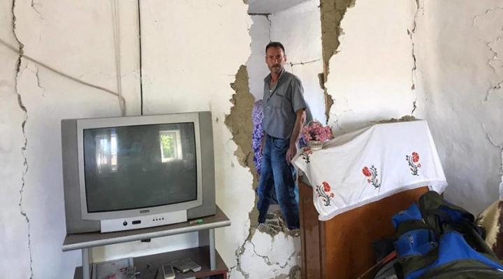 один із зруйнованих будинків