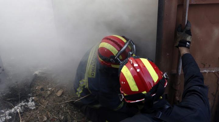 пожарные борются с огнем в Греции