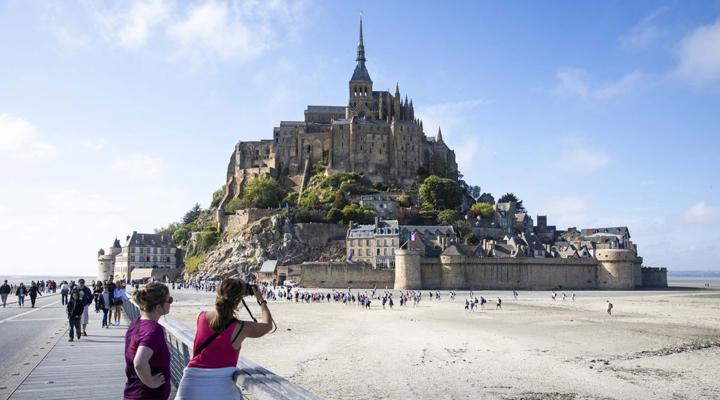 туристи на острові Мон-Сен-Мішель