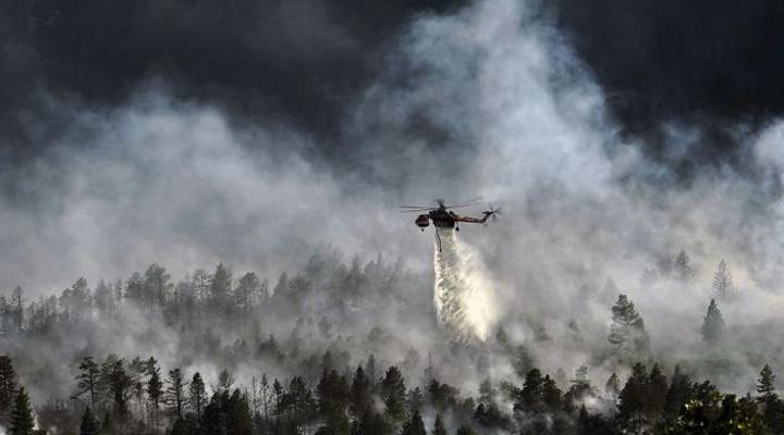 более ста пожарных борются с огнем на греческом острове Закинфе