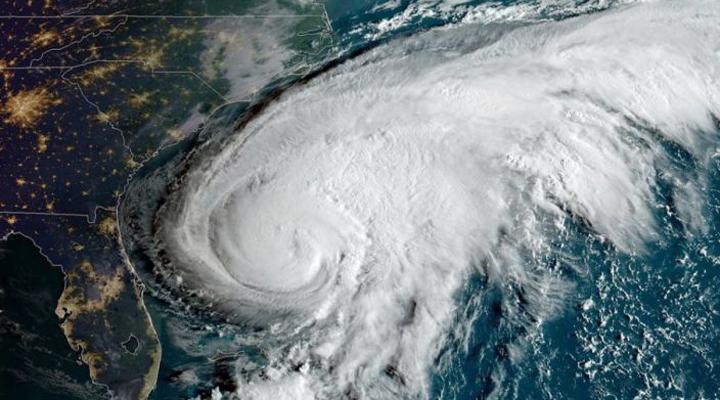 центр урагана должен пройти немного севернее Бермудских островов