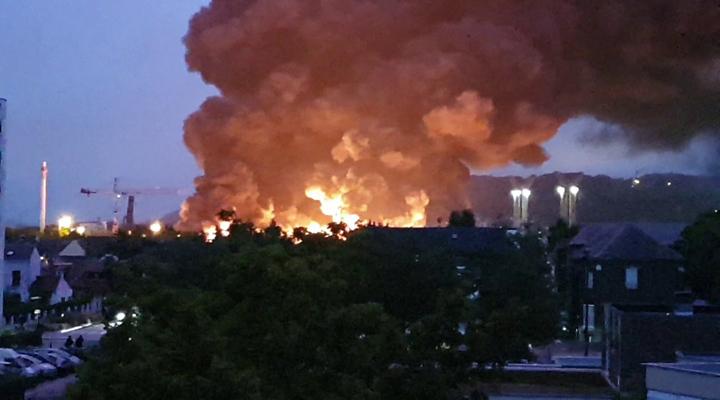огонь вспыхнул на заводе по производству специализированных химикатов