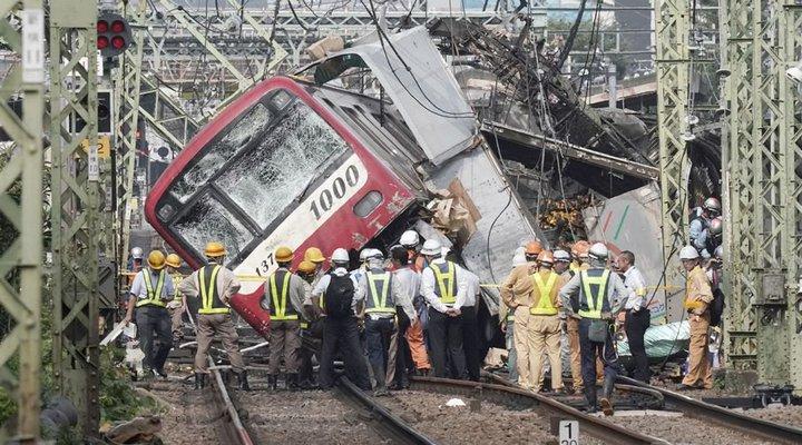 Поезд сошел с рельсов после столкновения с грузовиком