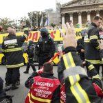 Газові гранати і водомети - зіткнення поліції з пожежниками в Парижі