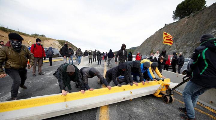 члены «Демократического цунами» блокируют шоссе AP-7 в Ла-Жонкера