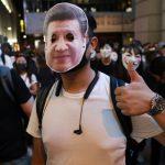 Гонконг: Слезоточивый газ во время акции протеста. Так закончилась вечеринка в честь Хэллоуина