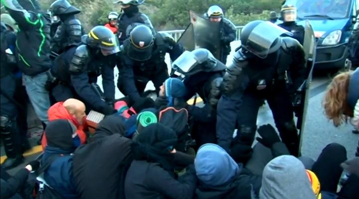 полиция разгоняет демонстрантов