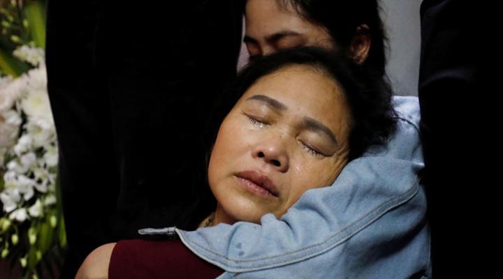 зі сльозами на очах і білими трояндами В'єтнам зустрічає репатрійовані тіла