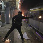 Студенты с материка и другие студенты покидают Гонконг, который захлестнула волна насилия