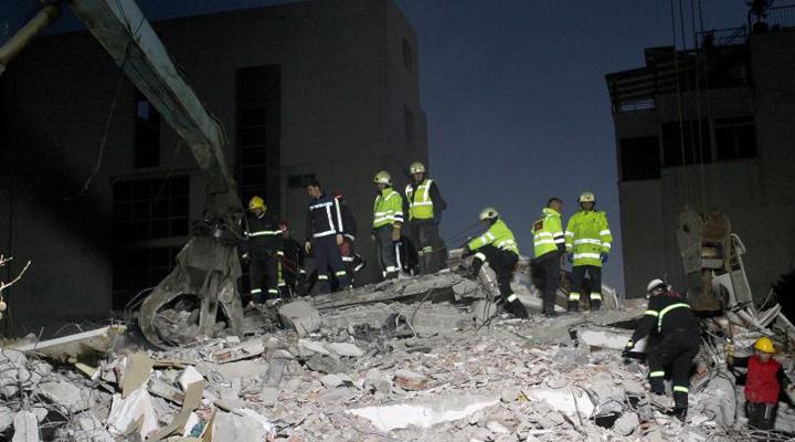 вранці відновився пошук людей, похованих під руїнами будівель