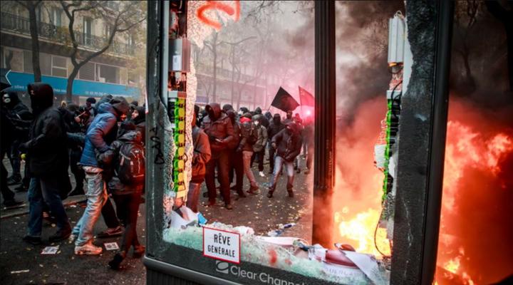 экстремистские активисты разбивали окна и поджигали автомобили