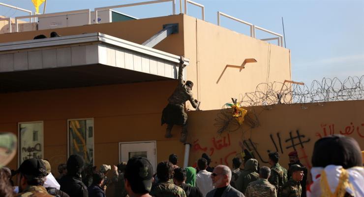 протестующие у американского посольства в Багдаде