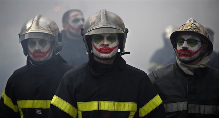 В центре Парижа произошли столкновения пожарных с полицейскими