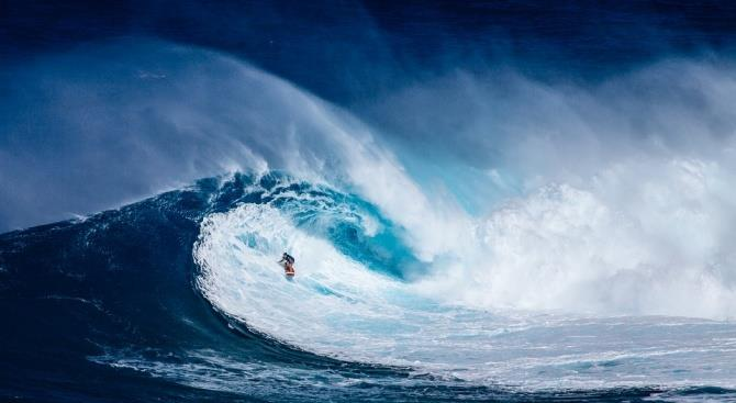 Огромная волна отправила знаменитого серфера в больницу