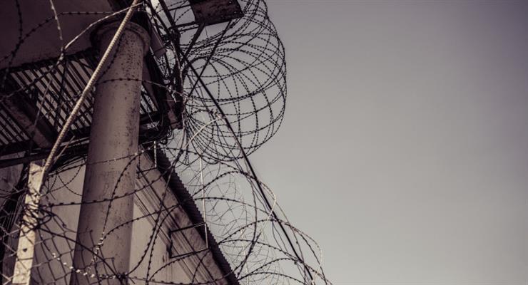 Российский тюремный служащий был осужден за коррупцию