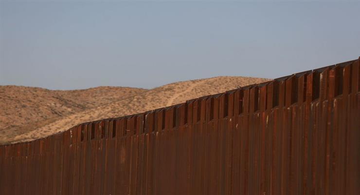 Протяженность новой стены, установленной на американо-мексиканской границе, достигла 200 километров, заявил президент США Дональд Трамп пограничным властям в Вашингтоне. «Около 122 миль (196,2 км) пограничной стены уже возведено. К концу года у нас будет более 400 миль (643 км), а чуть позже у нас будет 500 миль (804 км)», - сказал глава государства, сообщает ТАСС. Трамп подчеркнул, что «случаи незаконного пересечения границы за последнее время сократились на 75%». Президент сказал, что стена была выкрашена в черный цвет, что сделало сделало ее очень горячей за целый день под солнцем, и не позволило людям взобраться на нее. Трамп сказал, что система была максимально эффективной, и показал фотографии специальных панелей, установленных вдоль верхней части стены. По словам владельца Белого дома, камеры, беспилотники и различные другие устройства делают практически невозможным пересечение границы. «Я значительно упростил вашу работу», - сказал Трамп пограничникам. В декабре Пентагон объявил, что к концу 2020 года будет построен новый участок забора стоимостью 400 миллионов долларов. Длина американо-мексиканской границы составляет 3014 км.