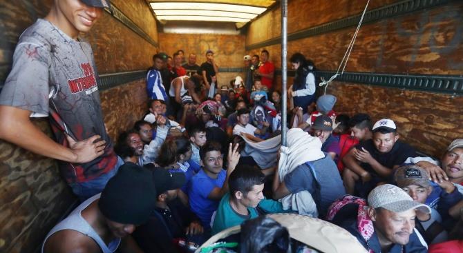 Захдержан грузовик с десятками беженцев в Северной Македонии