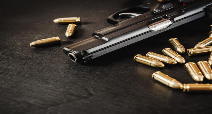 Женщина выстрелила в 10-летнего ребенка, делая селфи с пистолетом