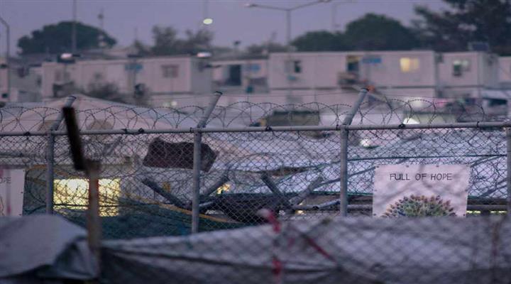 , мігранти на острові Лесбос протестують проти жахливих умов в таборі біженців