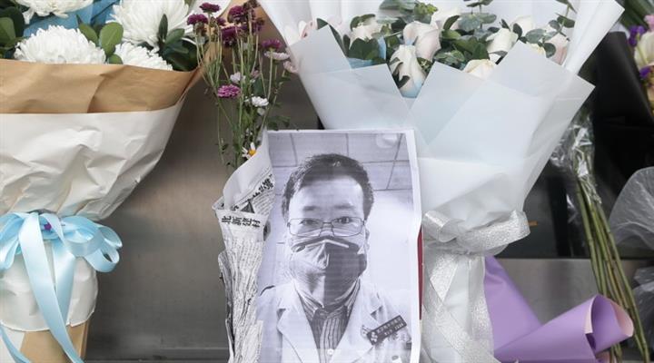 умер доктор Ли, предупреждавший об опасности вируса