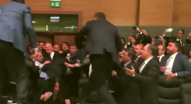 Бой в парламенте Турции после критики Эрдогана