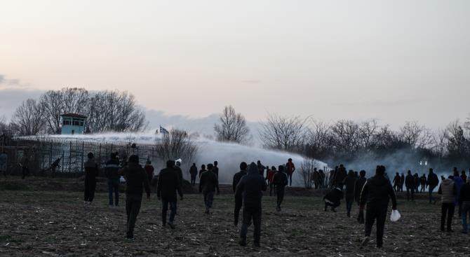 Греческая полиция использует водометы, слезоточивый газ и резиновые пули против мигрантов из Турции