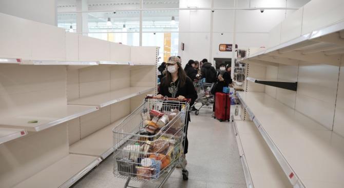 Лондонцы ждали под дождем очередь в супермаркет