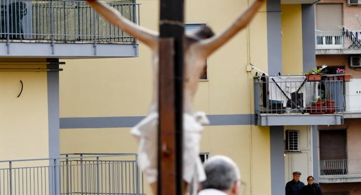 Итальянский священник умер, уступив респиратор младшему пациенту