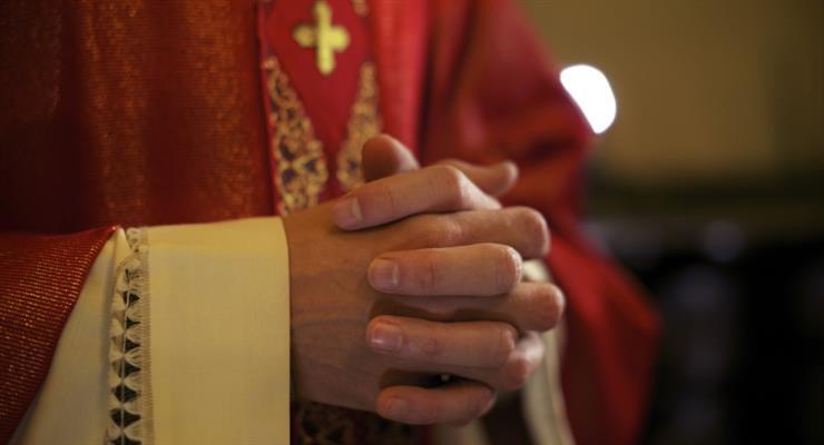 правительство попросило прокурора выдвинуть обвинения против двух священников