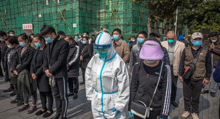 """Китай зупинився на три хвилини, щоб вшанувати пам'ять """"мучеників"""" коронавируса"""