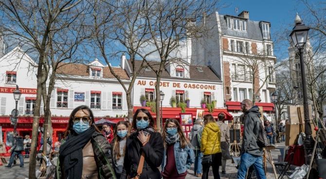 В Париже обеспечивают гелем для рук на автобусных остановках, а также раздают бесплатные маски