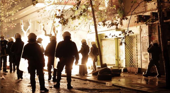 разгон толпы, нарушающей карантинные меры