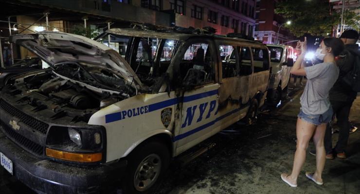 полицейский грузовик Нью-Йорка врезался в толпу протестующих