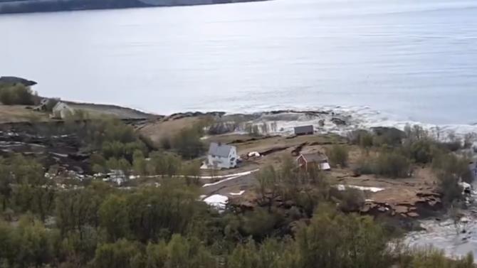 зсув зніс вісім будинків в море