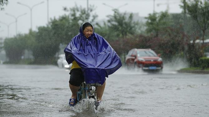 в результате наводнений и оползней на юге Китая погибло не менее 20 человек