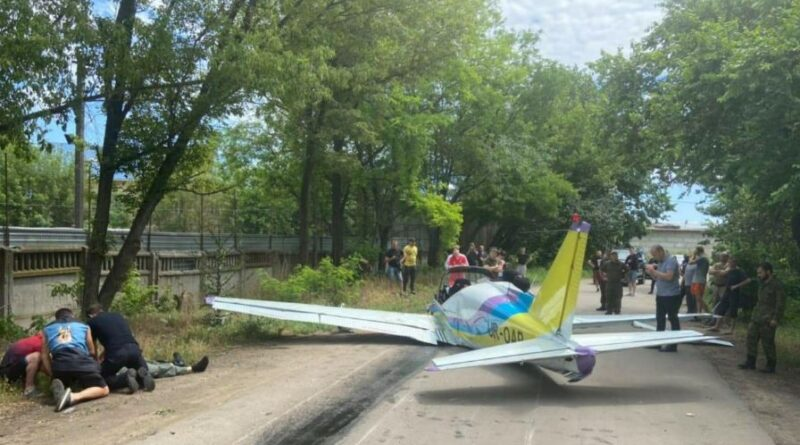 небольшой самолет упал сразу после взлета