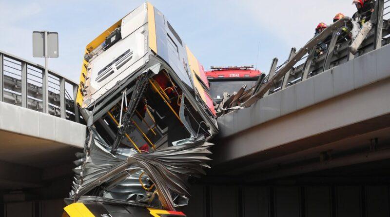 в Варшаві з моста впав автобус
