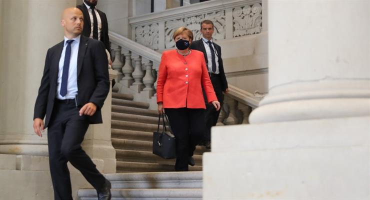 Меркель впервые появилась публично в маске